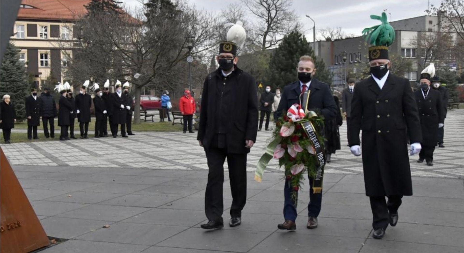 Prezydent Knurowa, Przewodniczący Rady Miasta oraz radny Sejmiku Wojewódzkiego składają kwiaty pod pomnikiem św. Barbary