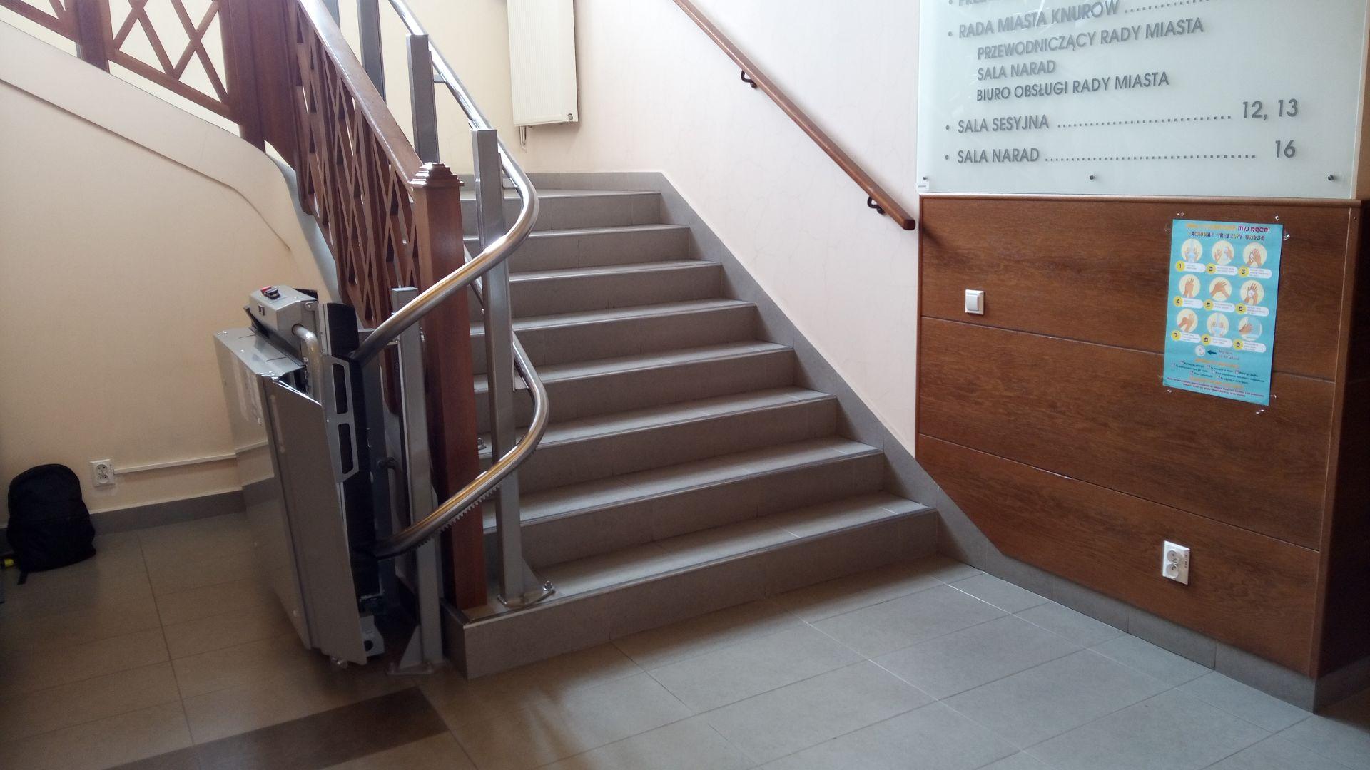 platforma schodowa w budynku Ratusza Miejskiego w Knurowie