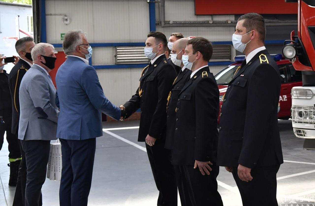 Prezydent Knurowa wraz z Sekretarzem Miasta wręczają wyróżnienie strażakom